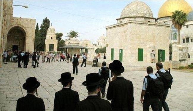 عشرات المستوطنيين الصهاينة يدنسون المسجد الأقصى