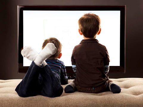 مشاهدة التلفاز لفترات طويلة تؤثر على نمو عظام الأطفال.