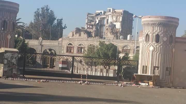 طيران العدوان السعودي يدمر مبنى القصر الجمهوري التأريخي بصنعاء بتسع غارات همجية