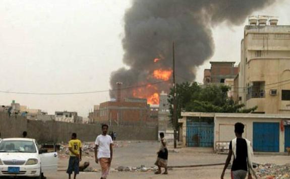 35 شهيدا وجريحا في غارات للعدوان استهدفت حافلتين تقل نازحين في الحديدة
