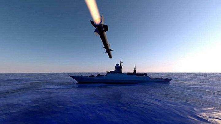 القوة البحرية للجيش واللجان الشعبية تستهدف بارجة معادية في الساحل الغربي