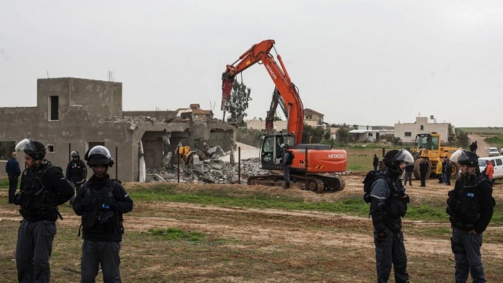 العدو الصهيوني يهدم منزلا فلسطينيا في بلدة شعفاط بالقدس